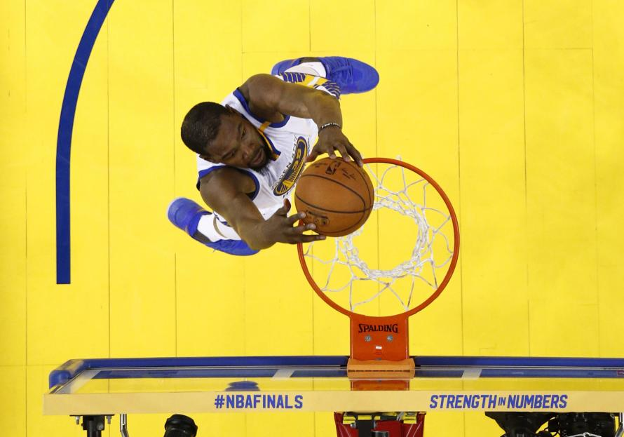 Golden State Warriors forward Kevin Durant (35) dunks against the Cleveland Cavaliers as they beat Cleveland Cavaliers