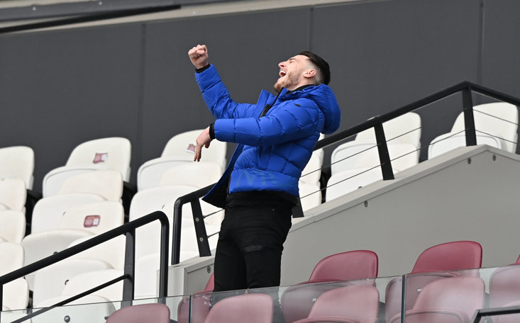 DECLAN RICE CELEBRATES WEST HAM'S SECOND GOAL FROM THE SIDELINES