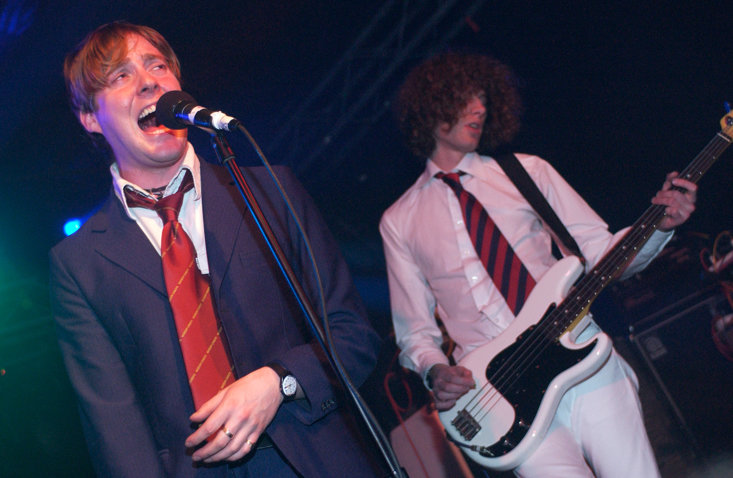 RICKY WILSON AND SIMON (RIGHT) ON STAGE WITH THE KAISER CHIEFS