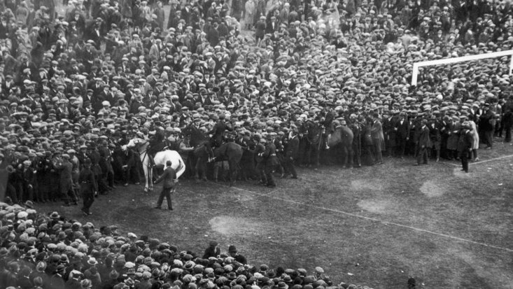 The police try to keep 300,000 football fans at bay in 1923